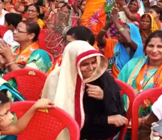 In the honor of the Chief Minister Yogi of Uttar Pradesh, the lady happily raised the burqa